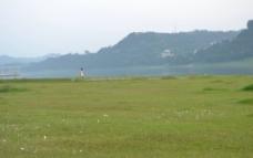 河滩上的白裙子女人图片