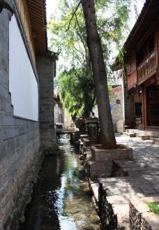 古城流水图片