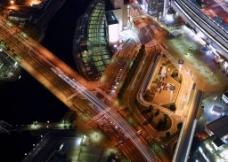 光影迷离的城市路口图片