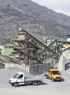工业基地中的奔驰卡车图片