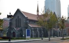 路边的哥特式老教堂图片