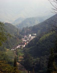 群山环绕的村寨图片
