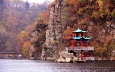 三角龙湾玛珥湖秋色图片