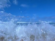 海水冲上海滩