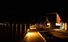 夜晚的水屋图片