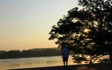 河边早晨图片